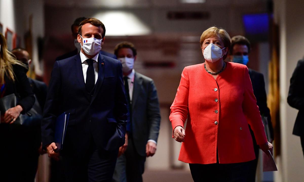 Thủ tướng Đức Angela Merkel (phải) và Tổng thống Pháp Emmanuel Macron tại Brussels, Bỉ hồi tháng 7. Ảnh: Reuters.