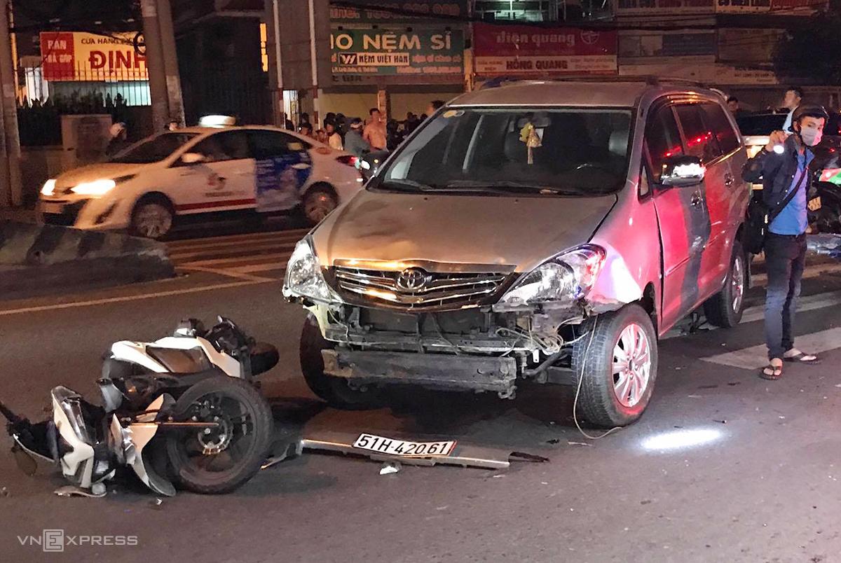 Ôtô gây tai nạn hư hỏng phần đầu sau khi tông hàng loạt xe máy. Ảnh: Đình Văn.