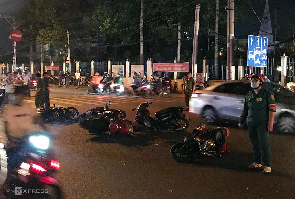 Các xe máy nằm la liệt tại hiện trường. Ảnh: Đình Văn.