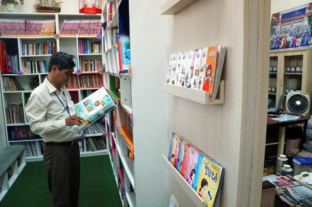 Phòng làm việc gần 20m2 của thầy Nguyễn Văn Hùng được chia đôi bằng một vách ngăn gỗ, làm thư viện, học sinh có thể ra vào bất cứ lúc nào. Ảnh: Mạnh Tùng.