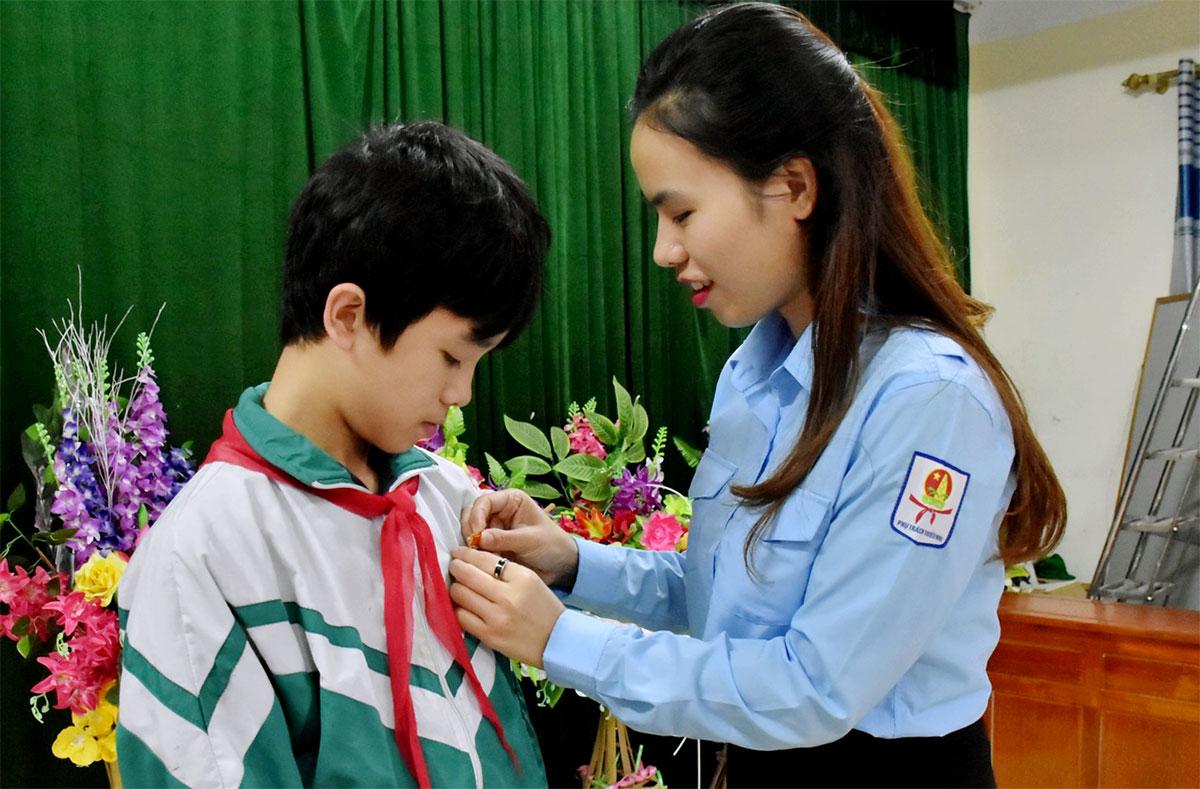 Phan Văn Quang (góc trái) nhận huy hiệu Tuổi trẻ dũng cảm của Trung ương Đoàn. Ảnh: Hùng Lê