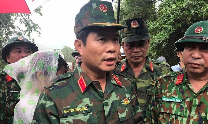 Thứ trưởng Quốc phòng Nguyễn Tân Cương chỉ đạo công tác cứu hộ, cứu nạn tại Quảng Trị, tháng 11/2020. Ảnh: Hoàng Táo