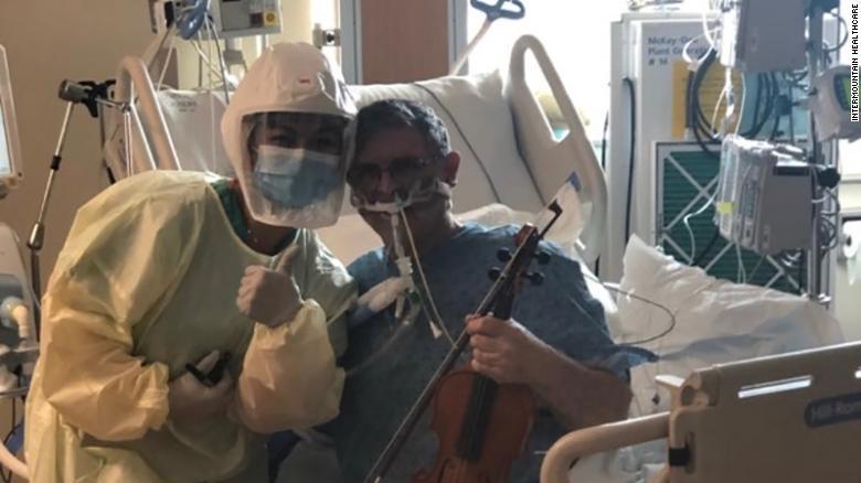 Y tá Ciara Sase và bệnh nhân Covid-19 Grover Wilhelmsen. Ảnh: Intermountain Healthcare.