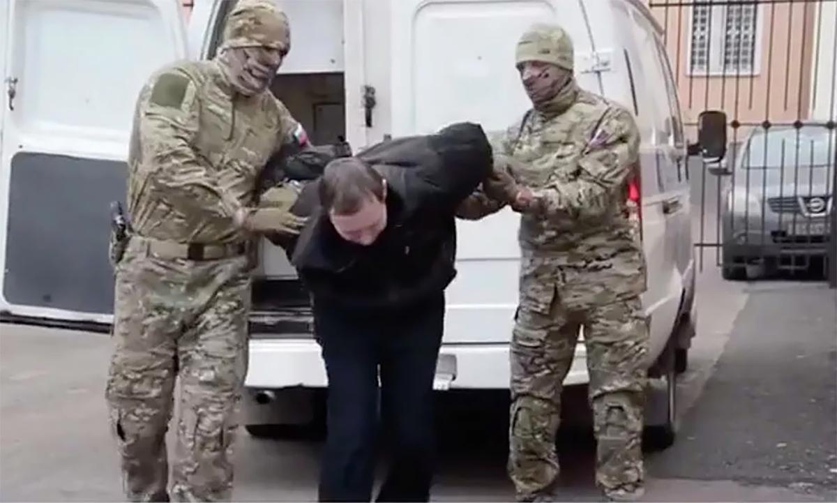 Nhân viên an ninh Nga áp giải Yury Yeshchenko (áo đen, giữa) tới phiên xử tại tòa án tỉnh Bryansk, ngày 17/11. Ảnh: FSB.