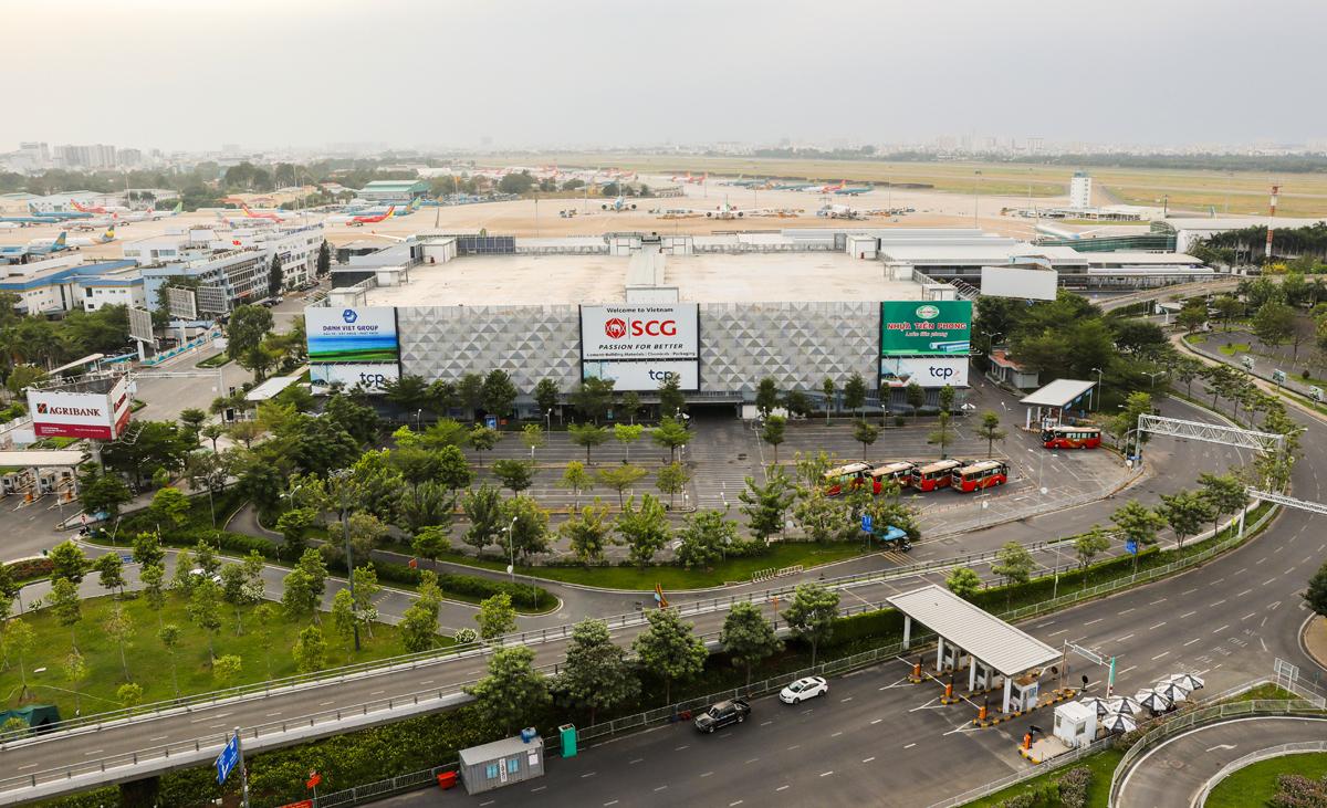 Bãi đậu xe TCP trước ga quốc nội sân bay Tân Sơn Nhất, hồi tháng 4. Ảnh: Quỳnh Trần.