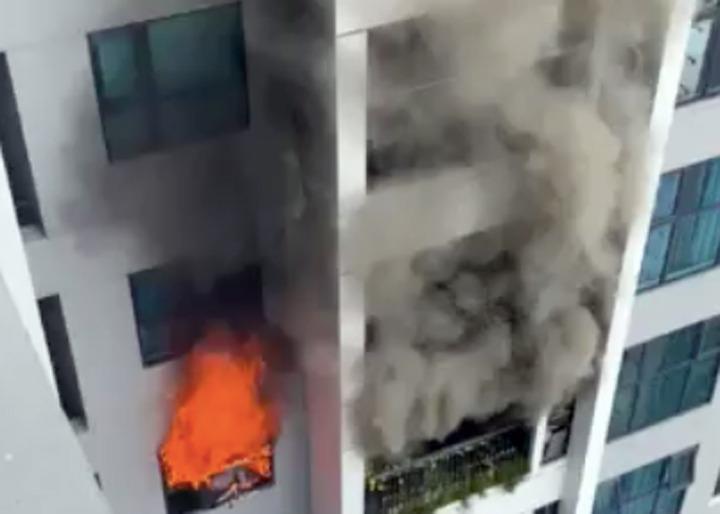 Khói lửa bốc lên từ tầng 30 chung cư trên đường Hồ Tùng Mậu. Ảnh: CTV