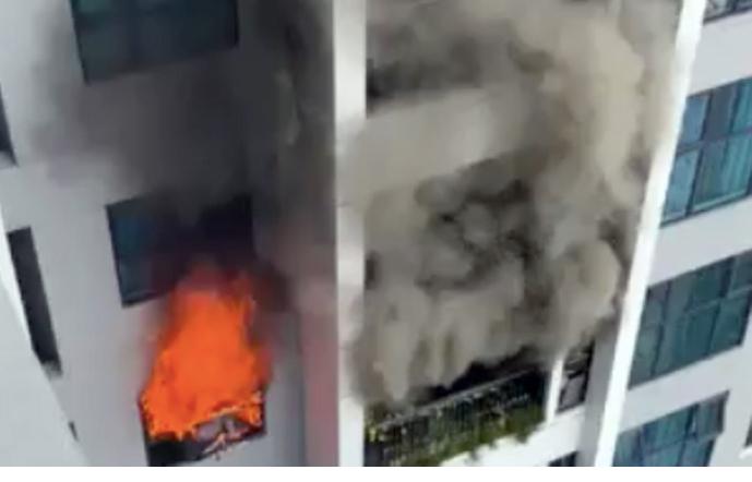 Khói lửa bốc lên từ chung cư trên đường Hồ Tùng Mậu. Ảnh: CTV