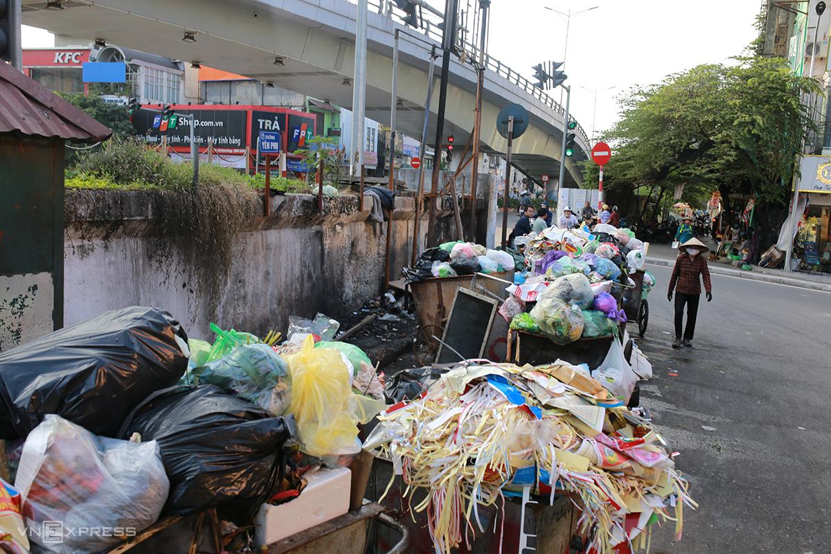 Rác chất đống ở ngã ba đường Yên Phụ - An Dương chiều 20/11. Ảnh: Tất Định.