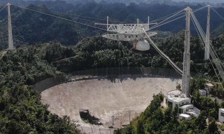 Kính viễn vọng của Đài quan sát Arecibo hư hỏng nặng sau sự cố đứt cáp. Ảnh: UCF.