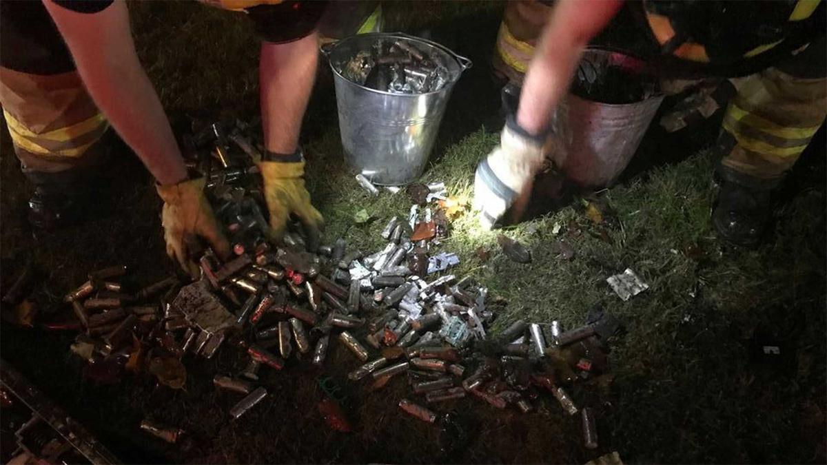 Các cục pin văng ra từ chiếc xe điện đang được cảnh sát gom lại. Ảnh: Corvallis Police Department
