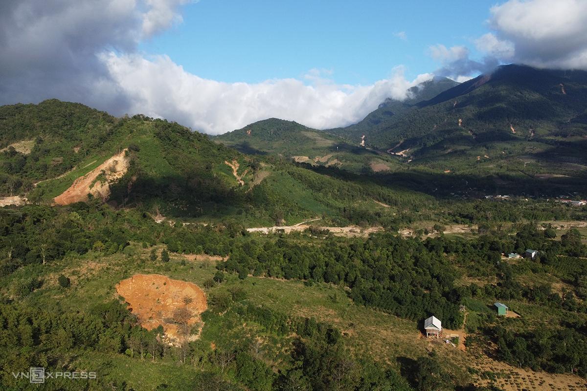 Hai điểm sạt lở núi phía sau nhà anh Hồ Văn Tả Han. Ảnh: Hoàng Táo