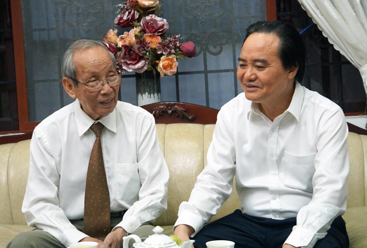 Bộ trưởng Phùng Xuân Nhạ (phải) nói chuyện với GS Trần Hồng Quân, tối 20/11 tại nhà riêng