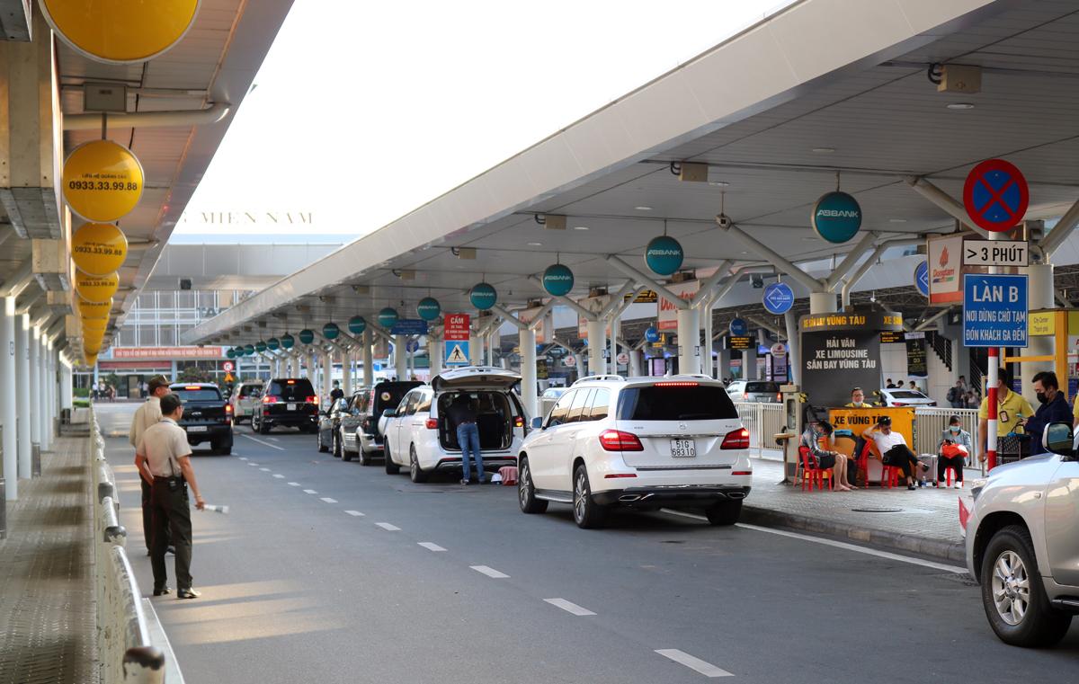 Bảng cấm xe dừng đậu quá 3 phút gắn trên làn A và B tại sân bay Tân Sơn Nhất, ngày 17/11. Ảnh:Gia Minh.