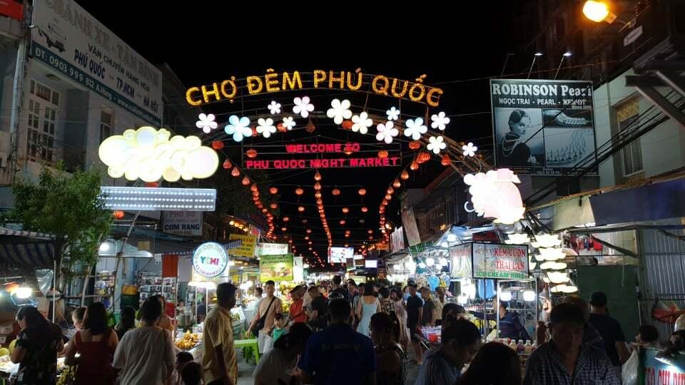 Khách tham quan, mua sắm đông đúc tại chợ đêm Phú Quốc. Ảnh: Nguyễn Nam.