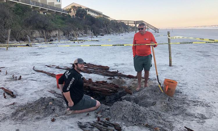 Bờ biển xói mòn làm lộ diện xác thuyền buồm 200 năm tuổi ở Florida. Ảnh: LAMP.