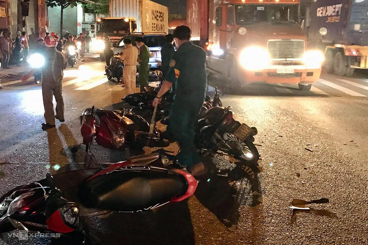Các xe máy bị nạn nằm giữa đường khiến đoạn đường bị ùn tắc kéo dài. Ảnh: Đình Văn.