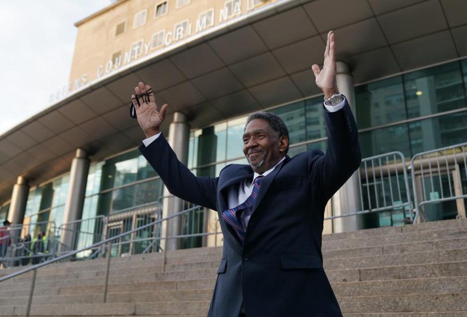 Jaythan Kendrick vui mừng sau khi bước ra khỏi tòa án quận Queens vào ngày 19/11. Ảnh: AP.