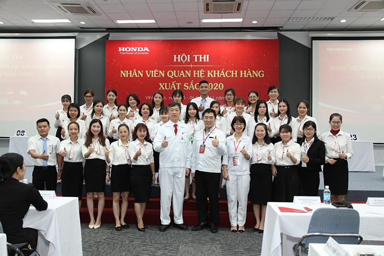Đại diện Honda Việt Nam và các nhân viên tại hội thi Nhân viên quan hệ khách hàng xuất sắc 2020. Ảnh: HVN.