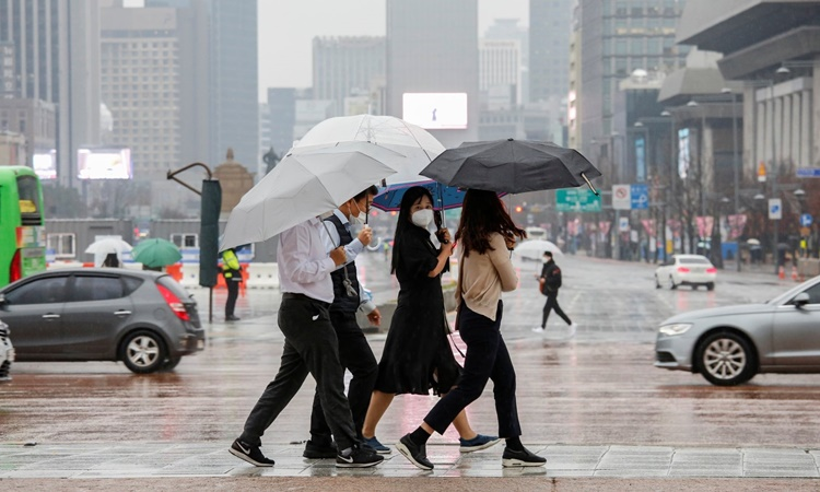 Người đi đường đeo khẩu trang tại trung tâm thủ đô Seoul, Hàn Quốc, ngày 19/11. Ảnh: Reuters.