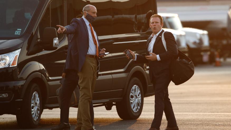 Andrew Giuliani (phải) sau khi xuống chuyên cơ Không Lực Một ở sân bay Morristown, bang New Jersey, hồi tháng 7. Ảnh: AP.