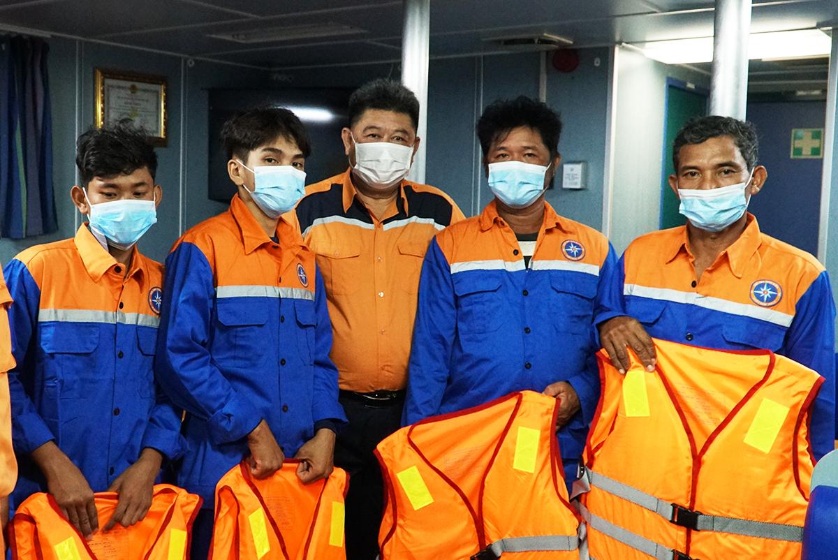 Bốn ngư dân được Trung tâm Phối hợp tìm kiếm cứu nạn hàng hải Việt Nam, đóng tại TP Vũng Tàu tặng áo phao sau khi được đưa về bờ. Ảnh: Trường Hà.