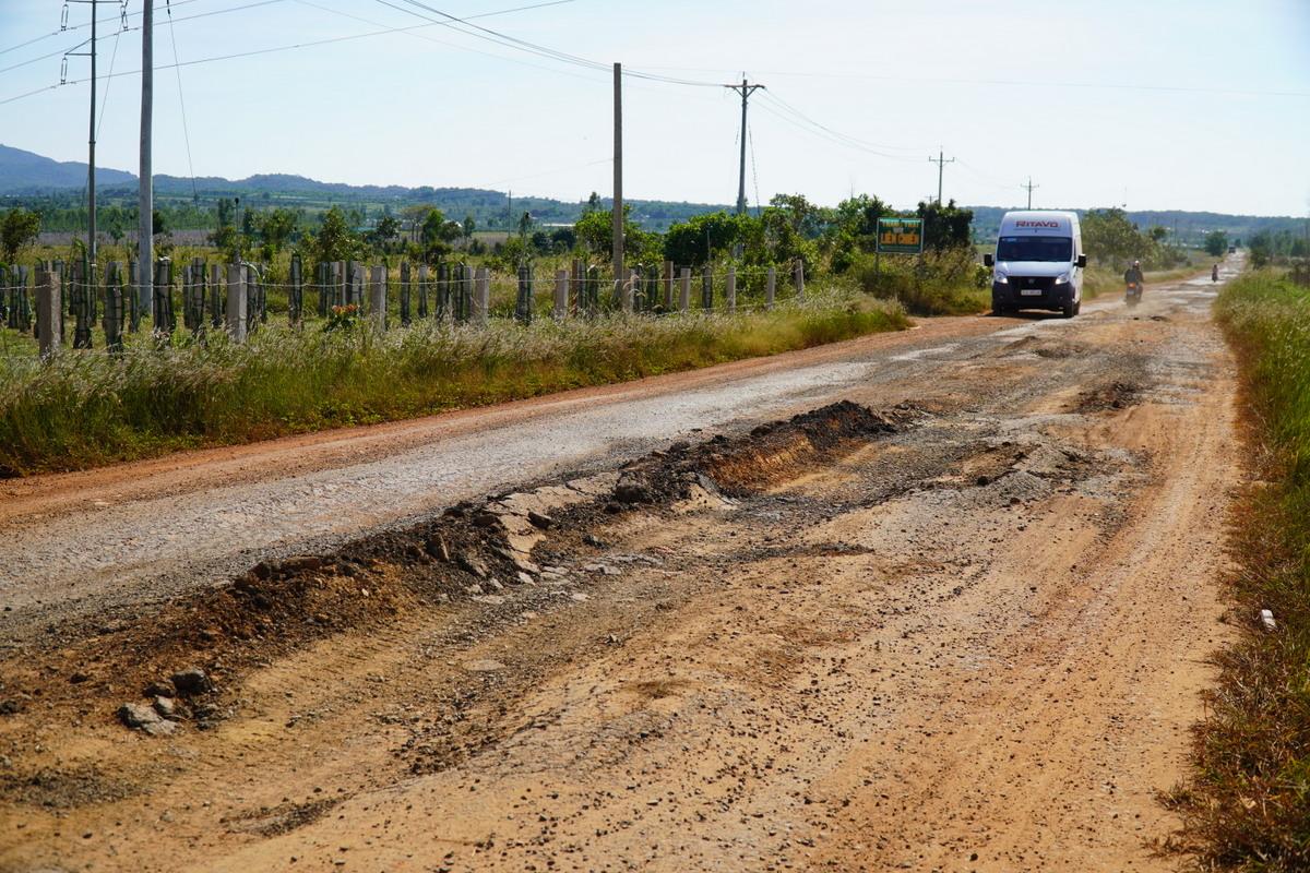 Gần 10 km đường du lịch Thuận Quý - Hòn Giồ (Bình Thuận) đang bị sụp lún, hư hỏng. Ảnh: Việt Quốc.