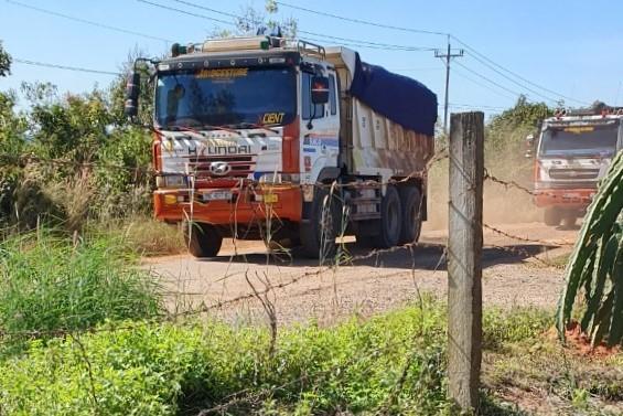 Xe ben lớn chở đất đá vun cao quá trọng tải nối đuôi trên đường Thuận Quý - Hòn Giồ, ngày 19/11. Ảnh: Việt Quốc.
