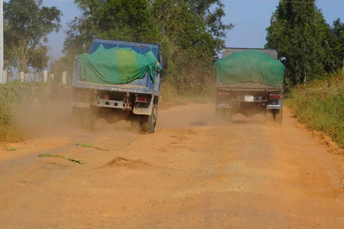 Các xe ben chở vật liệu xây dựng xuống hướng biển Tiến Thành, ngày 14/11. Ảnh: Việt Quốc.