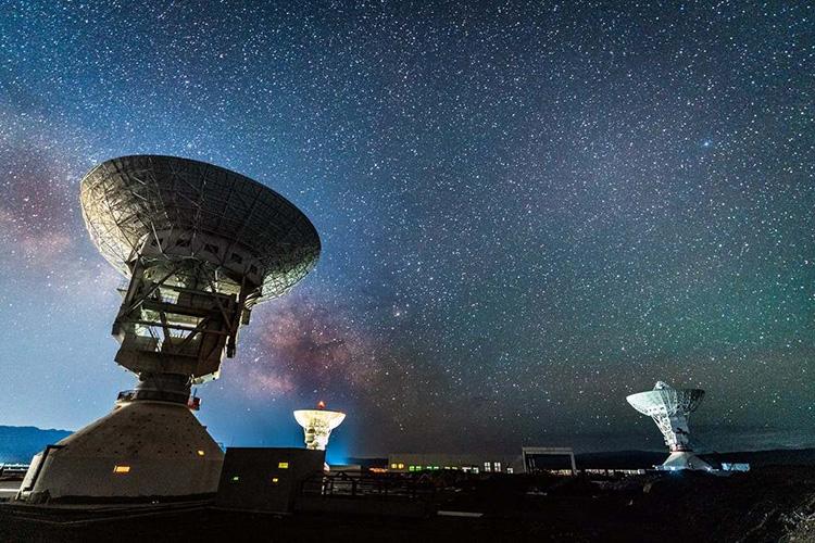 Hệ thống gồm ba ăng - ten được đặt tại Trạm Vũ trụ Không gian sâu Kashgar (Tân Cương). Ảnh: Weibo.
