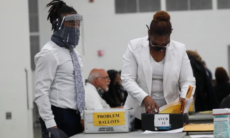 Nhân viên kiểm phiếu ở Detroit, Michigan, hôm 4/11. Ảnh: Reuters.