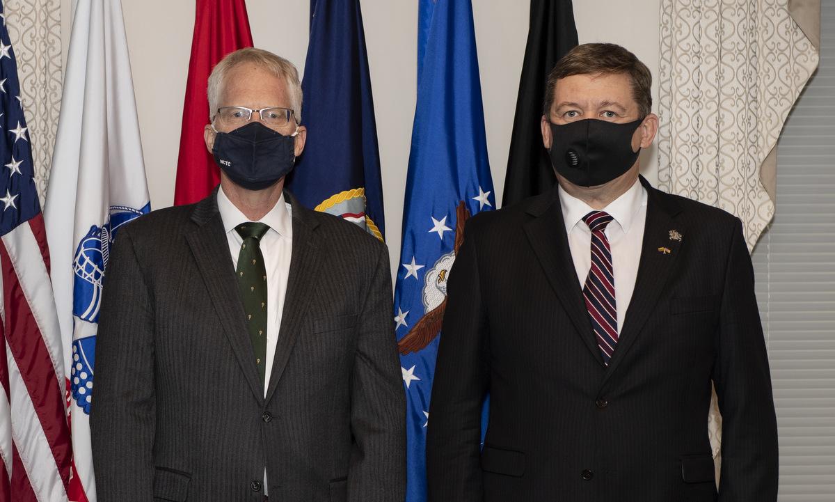 Quyền Bộ trưởng Miller (trái) và người đồng cấp Litva tại Lầu Năm Góc hôm 13/11. Ảnh: Bộ Quốc phòng Mỹ.
