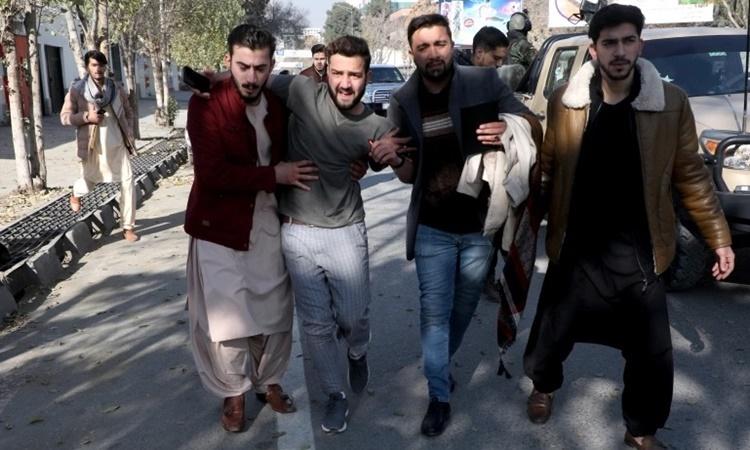 Một nạn nhân được dìu khỏi bệnh viện sau vụ tấn công bằng rocket tại thủ đô Kabul, Afghanistan, ngày 21/11. Ảnh: Reuters.