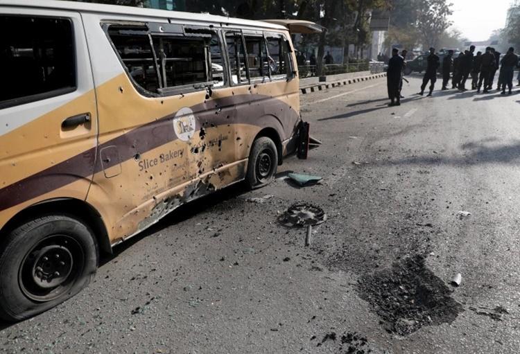 Một chiếc ôtô bị hư hại sau vụ tấn công. Ảnh: Reuters.