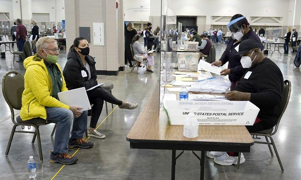 Quan sát viên (trái) theo dõi kiểm phiếu lại tại Milwaukee, Wisconsin ngày 21/11. Ảnh: AP.