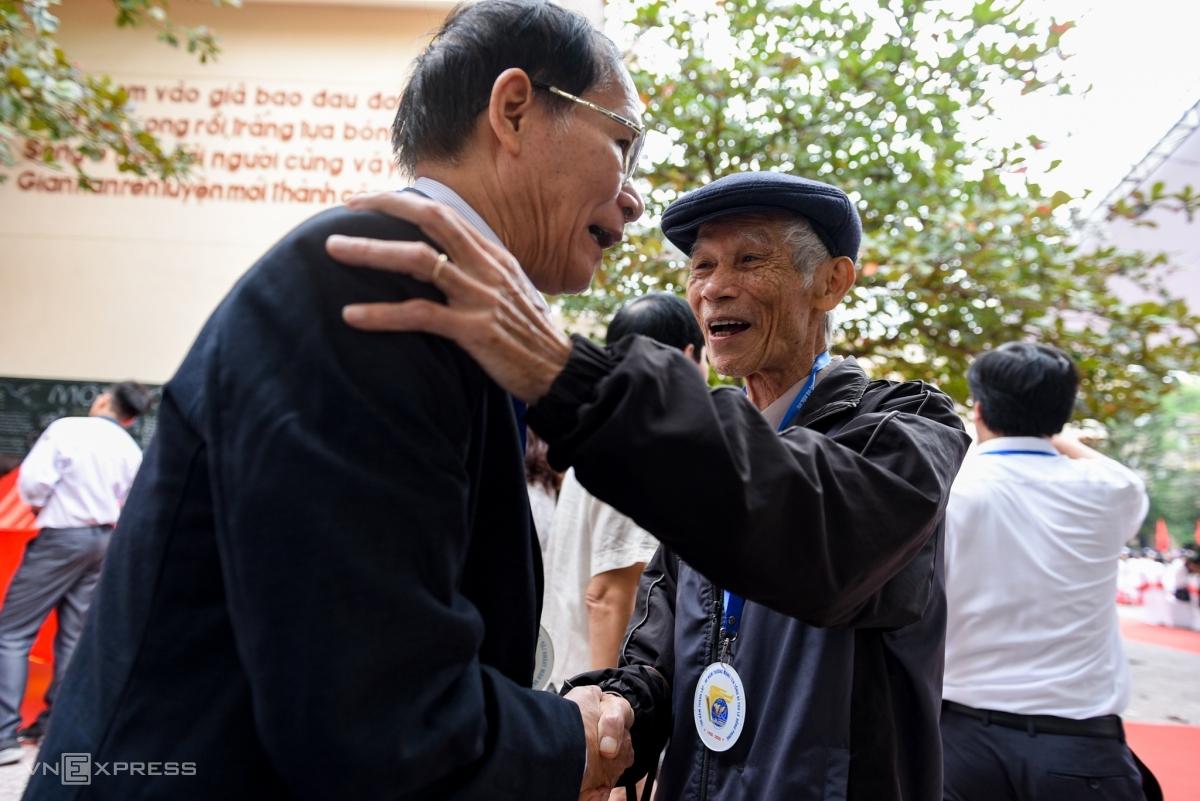 Cựu học sinh, giáo viên gặp lại nhau trong lễ kỷ niệm 100 năm thành lập trường THPT chuyên Lê Hồng Phong, ngày 22/11. Ảnh: Thanh Huế