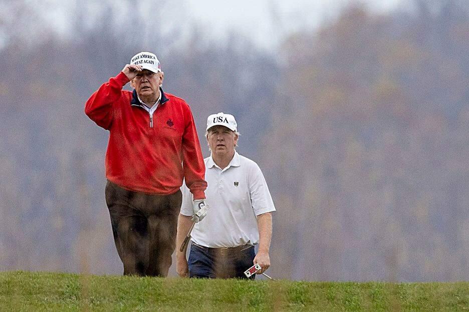 Tổng thống Mỹ Trump chơi golf tại Virginia ngày 21/11. Ảnh: AFP.