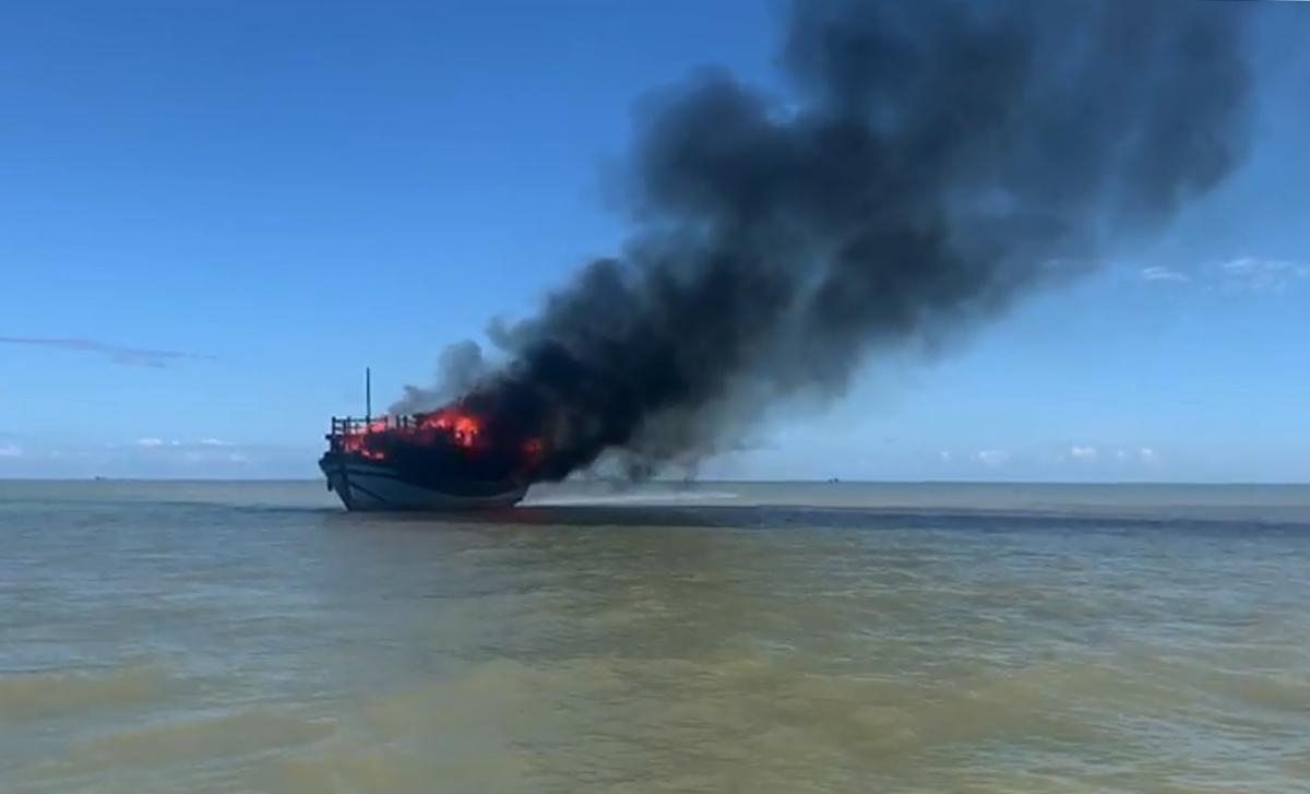 Tàu cháy bốc cột khói cao hàng chục mét giữa biển. Ảnh: Anh Hồng.