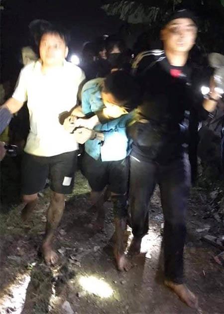 Trần Nhạc (ở giữa) tại khu vưc gần hiện trườg sau khi bị cảnh sát khống chế. Ảnh: CTV.