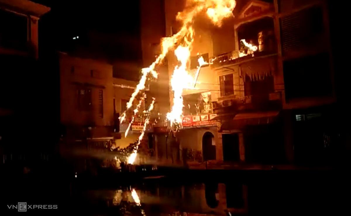 Ngọn lửa bốc cháy khi Ngọc ném bom xăng. Ảnh: Hữu Tuấn