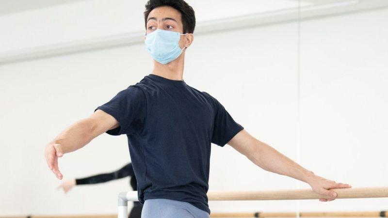 Kamal Singh luyện tập múa ballet tại Học viện Ballet Anh. Ảnh: Ash/ BBC