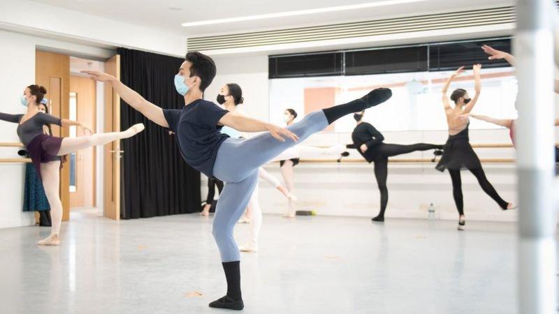 Kamal Singh (áo đen, hàng đầu) chăm chỉ tập múa ballet. Ảnh: Ash/ BBC