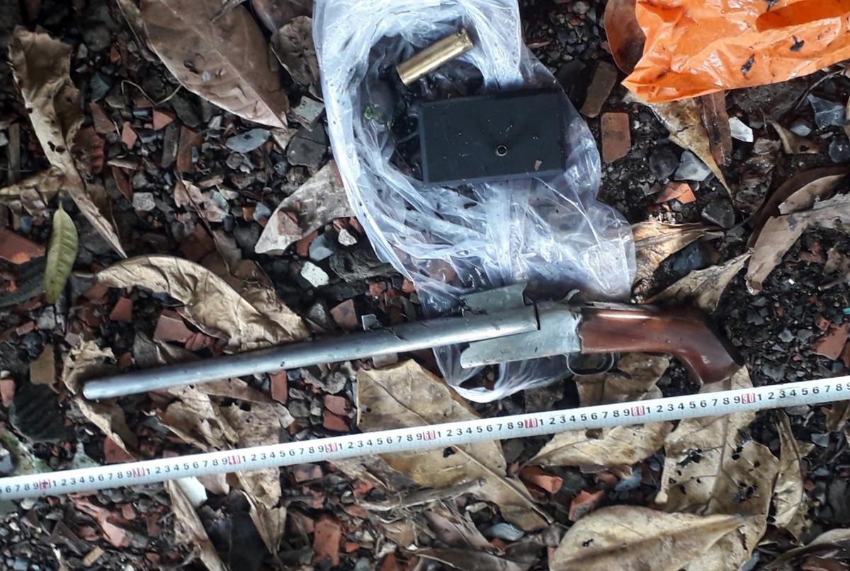 Khẩu súng bắn đạn hoa cải dài 45cm của hung thủ bắn chết người. Ảnh: PC07 cung cấp.
