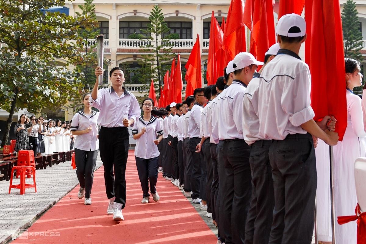 Lễ rước đuốc, nghi thức truyền thống, thường được thực hiện trong các ngày lễ quan trọng của trường THPT chuyên Lê Hồng Phong. Ảnh: Thanh Huế