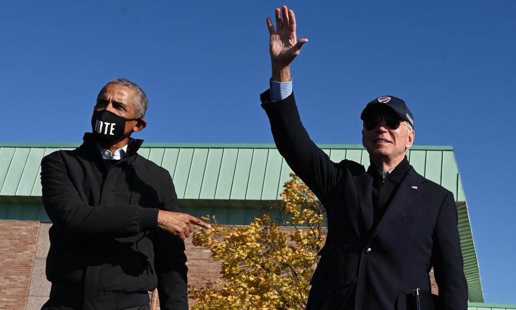 Tổng thống đắc cử Joe Biden (phải) và cựu tổng thống Barack Obama tại một sự kiện vận động ở Flint, bang Michigan, hôm 31/10. Ảnh: AFP.