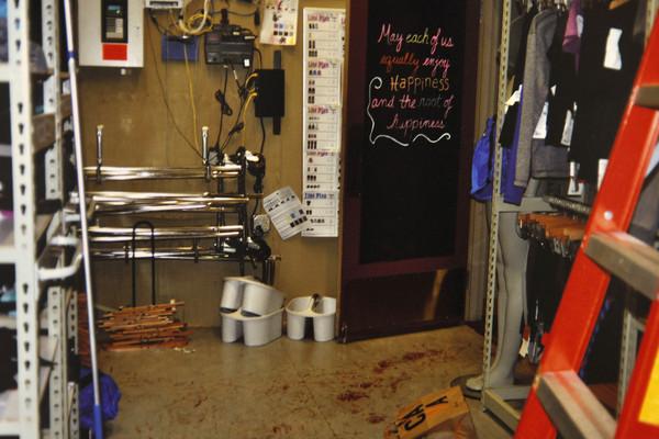 Trên sàn gian sau của cửa hàng có nhiều vết máu. Ảnh: Murderpedia.