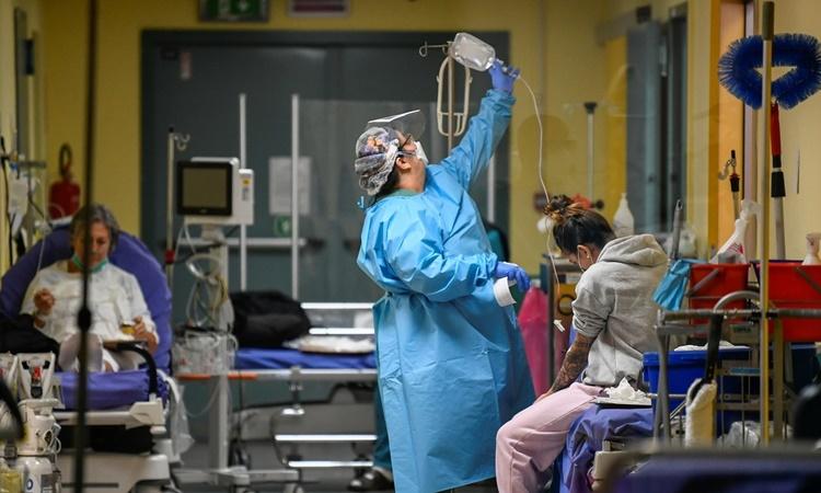 Nhân viên y tế chăm sóc cho bệnh nhân Covid-19 trong phòng cấp cứu tại bệnh viện Maggiore di Lodi ở Lodi, Italy, ngày 13/11. Ảnh: Reuters.