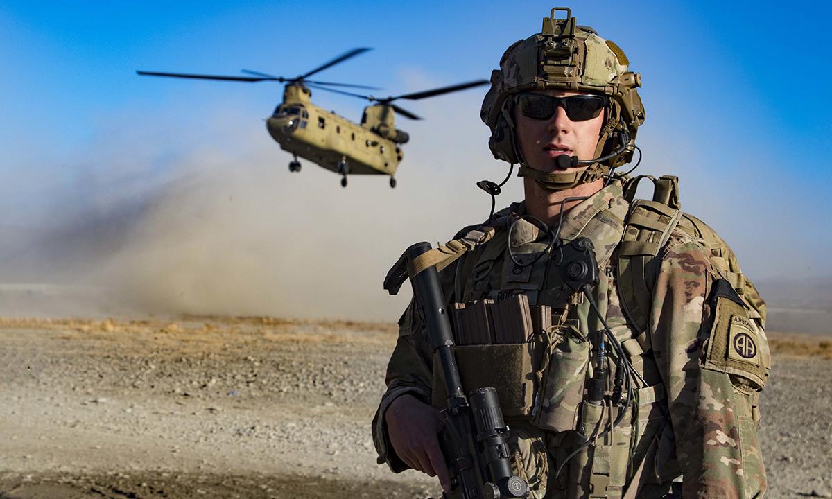 Binh sĩ Mỹ tham gia bảo vệ khu vực hạ cánh của trực thăng sau chiến dịch tại khu vực đông nam Afghanistan, tháng 12/2019. Ảnh: US Army.