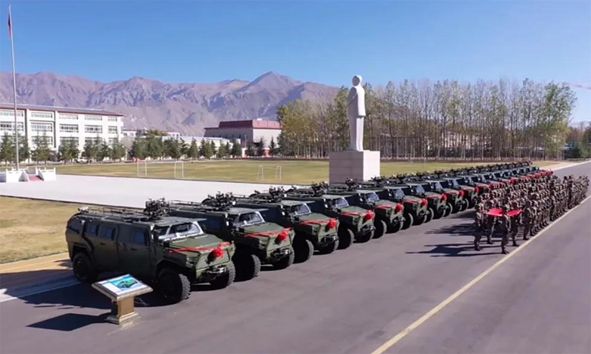 Một tiểu đoàn của Trung Quốc tại Tây Tạng tiếp nhận lô thiết giáp mới, ngày 21/11. Ảnh: CCTV.
