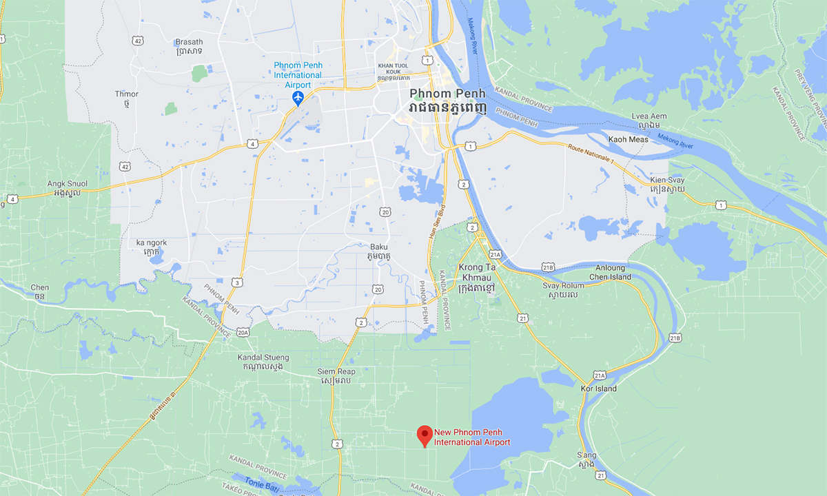 Vị trí sân bay quốc tế mới gần Phnom Penh (đánh dấu đỏ) và sân bay đang vận hành (đánh dấu xanh) ở cửa ngõ thủ đô Campuchia. Đồ họa: Google.