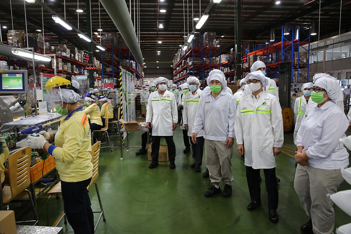 Phó Thủ tướng Vũ Đức Đam kiểm tra việc thực hiện phòng chống dịch tại một nhà máy ở Khu công nghiệp Biên Hoà 2, TP Biên Hoà, tỉnh Đồng Nai. Ảnh: Đình Nam